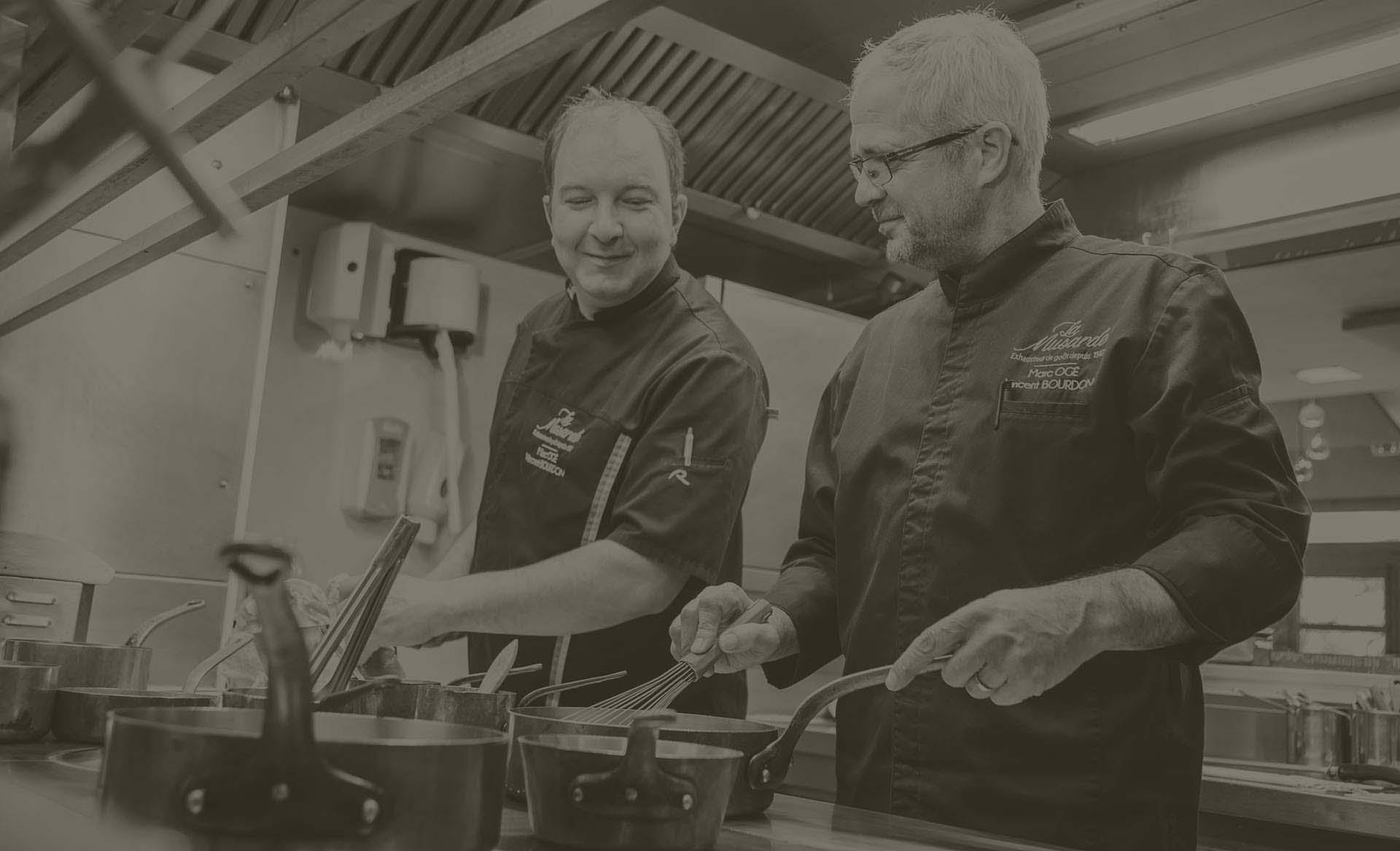 Les chefs du restaurant la Musarde en service dans la cuisine